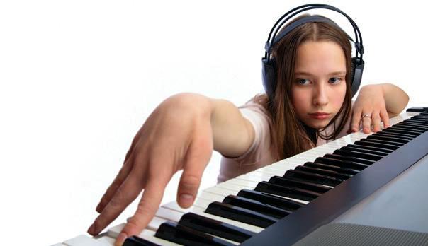 синтезатор и девушка