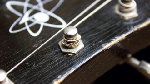 Что делать, если дребезжат струны на гитаре
