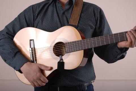 Расскажем, как прикрепить ремень к гитаре