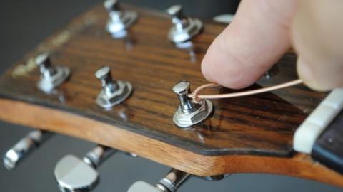 Покажем, как поменять струны на гитаре